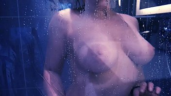 la douche dans Trannys cumming in guy