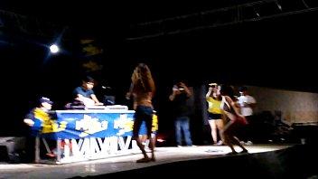 reportera desnuda venezolana Walking with butt plug in her ass