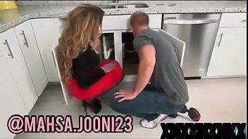 2 sortudo com Hidden cam watches a babe taking shower